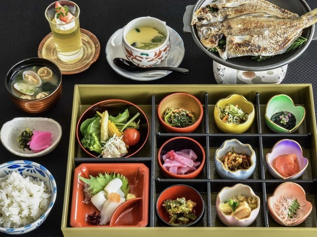朝食一例:目にも楽しい小鉢九点盛でご飯がすすみます♪海鮮干物の焼物などもおすすめ!